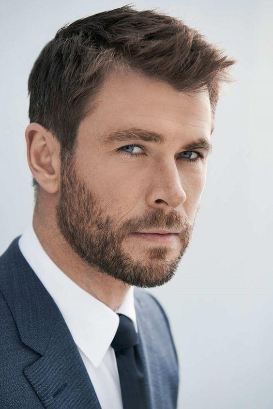 Capelli uomo di colore biondo, Chris Hemsowrth con barba e sguardo provocativo
