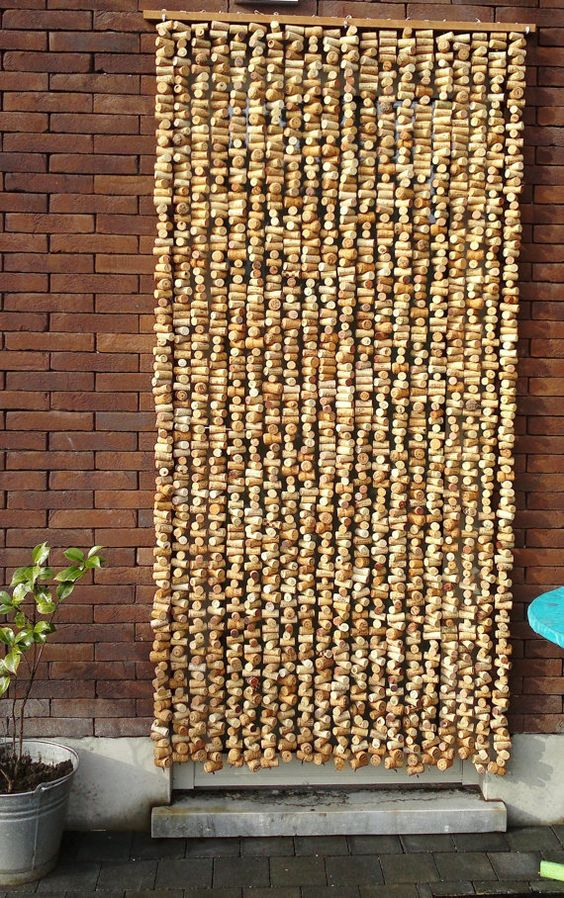 Curtains in original corks, to spaces in share/anti fly door. Contains 2000 corks per door curtain, in a standaartdeur. Is made to order according to