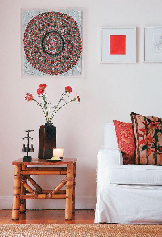 """Na sala, um simples arranjo de fores na mesa lateral faz toda a diferença. """"Almofadas novas, de cores quentes e vivas, trazem fertilidade e abundância"""", diz a consultora Cynthia Mendes."""