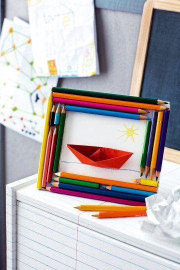 Cadre photo réalisé avec des crayons de couleurs taillés et collés tout autour