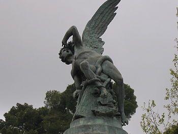 """Lucifer - Lucifer (del latín lux """"luz"""" y fero """"llevar"""": """"portador de luz"""") es, en la mitología romana, el equivalente del dios griego llamado Fósforo o Eósforo (Έωσφόρος) """"el portador de la Aurora""""; Este concepto se mantuvo en la antigua astrología romana en la noción de la stella matutina (el lucero del alba) contrapuesto a la stella vespertina o el véspere (el lucero de la tarde o véspero), nombres éstos que remitían al planeta Venus, que según la época del año se puede ver cerca del…"""