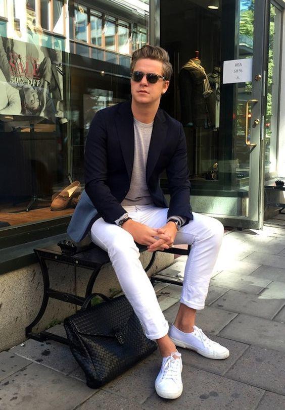 Acheter la tenue sur Lookastic: https://lookastic.fr/mode-homme/tenues/blazer-t-shirt-a-manche-longue-jean/20004   — Blazer bleu marine  — T-shirt à manche longue gris  — Jean blanc  — Baskets basses en toile blanches  — Serviette en cuir noire
