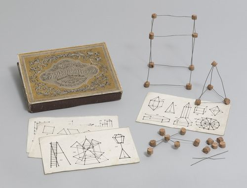 spielgabe 19 geometrische k rper bauen erbsenarbeiten peas work auf diesem historischen. Black Bedroom Furniture Sets. Home Design Ideas