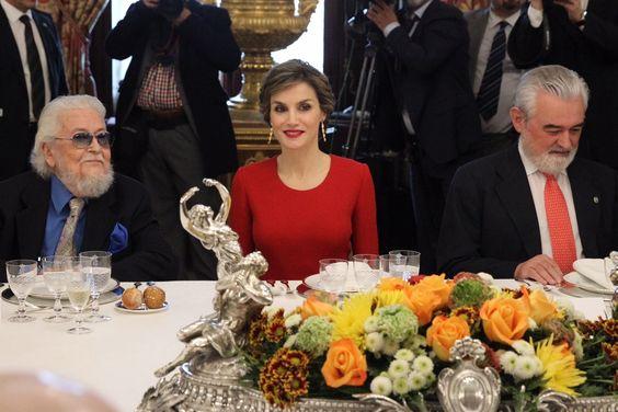 Su Majestad la Reina Letizia junto a Fernando del Paso y el director de la Real Academia de la Lengua, en la mesa presidencial momentos antes de dar comienzo el almuerzo. Palacio Real de Madrid, 22.04.2016