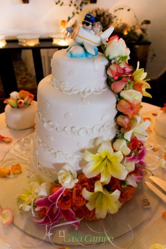 Decora la torta de tu boda con el motivo que más les guste a los novios.