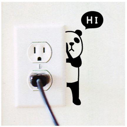 Que tal ser surpreendido por um panda escondido atrás do espelho de tomadas, dizendo oi!: