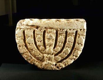 Menorah con la depressione per lampade ad olio, sinagoga di Hamat Tiberiade,   Mare di Galilea, 6 ° secolo, in pietra.