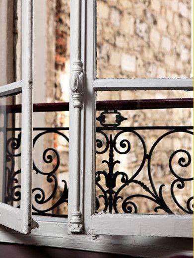 Ah, les vieilles fenêtres des maisons et appartements français... Quel bonheur de les ouvrir le matin !