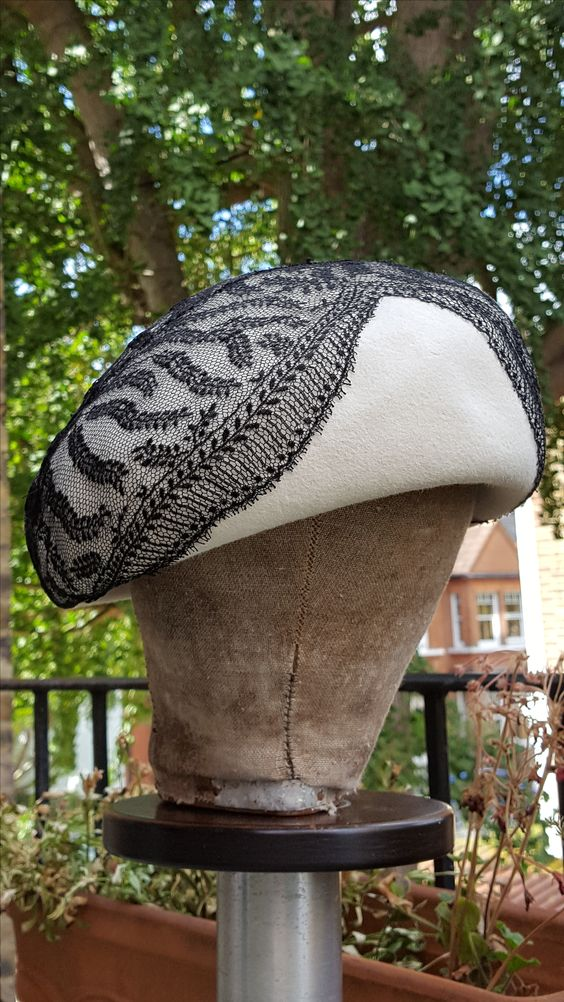 Felt structured beret with black lace overlay