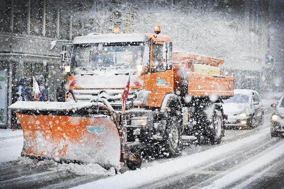 Busfahrplan aufgehoben – Verkehr in Innenstadt lahmgelegt – »Stillstand« auf Autobahn +++  Schneefall sorgt für Verkehrschaos