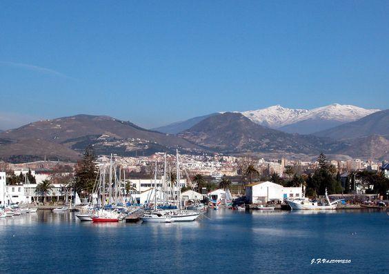 Vista de Sierra Nevada desde el Puerto de Motril.