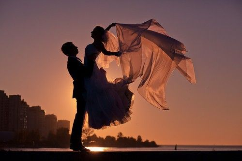 beautiful silhouette ... gives a graceful lightness to the couple