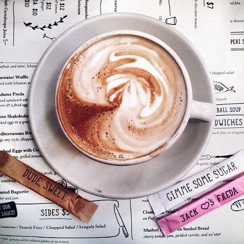 ... café. ( me encanta el detalle de los sobrecitos de azúcar).-