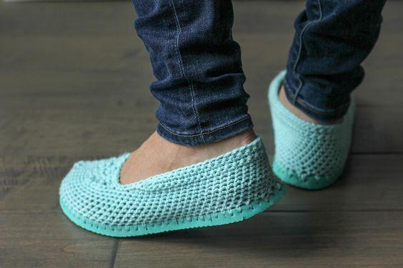 Corta la suela de tus chanclas y conviértelas en estas preciosas sandalias de crochet