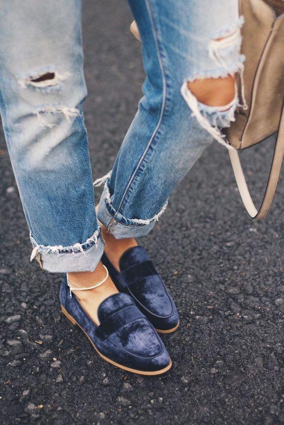 Los zapatos de terciopelo azul, estilo mocasín, queda muy bien con vaqueros.