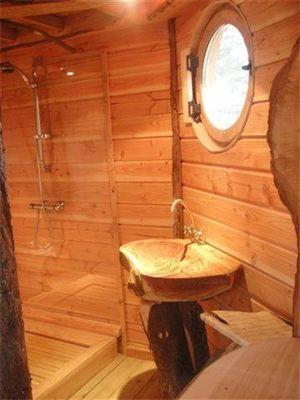 Vier taill dans un tronc d 39 arbre salle de bain en - Taille salle de bain ...