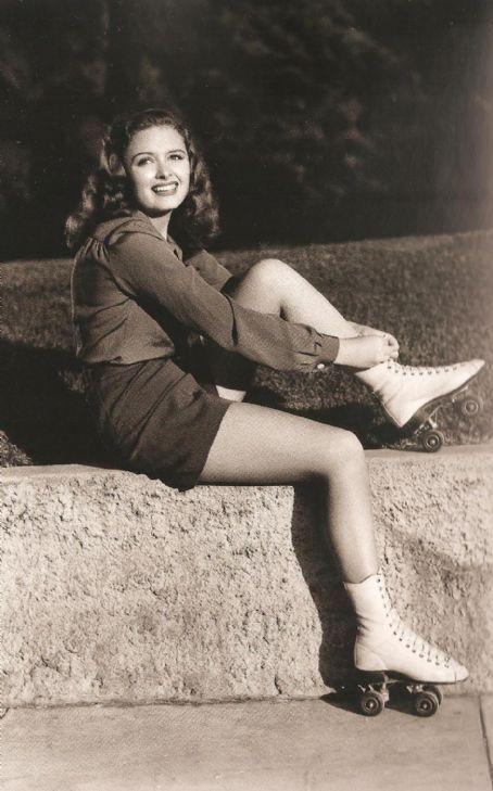 Donna Reed looking adorable in roller skates. #vintage 1940s