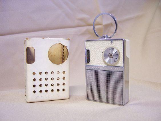 VINTAGE General Electric GE P851E WHITE AND CHROME AM TRANSISTOR POCKET RADIO