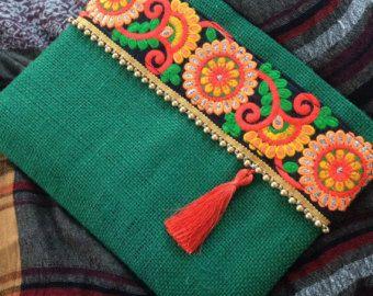 Verde Floral embrague, bolso étnico yute verde, hecho a mano, con cinta de seda floreada rojo y encaje morado  Este embrague Floral verde es un increíble bolso étnico, un bolso de tela de yute hechas a mano en el color de la primavera y absolutamente, está seguro de captar la atención de todos! Puede utilizar este un único bolso de embrague/ambos día y noche. Este embrague floral verde es perfecto para los fines de semana, días de fiesta que puedes llevar tus cosillas que usted apenas…