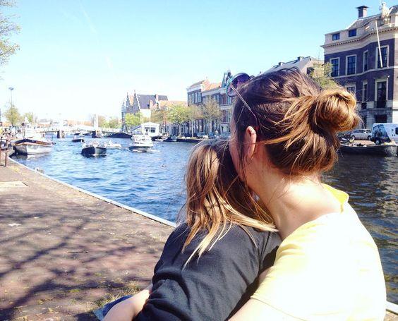 Watching the boats with Ieke. (also #memademay with my Larktee) : @boudewijn.hamerhaai  #haarlem #bootjes #spaarne #kleuter #vakantie #momstayinthepicture #larktee #grainlinestudio #mmm16 #mmmay16 #sewing #ilovesewing by __niki_
