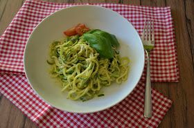 Food and More - Rezeptra: Zucchininudeln mit Pesto ---- Low Carb