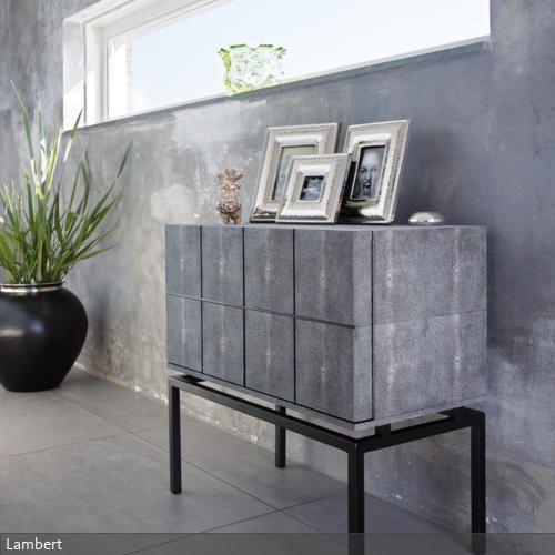 Beton-Optik ist ein Trend, der bleiben wird, weil er sich mit vielen Stilen kombinieren lässt. Besonders schön wirkt das, wenn man zum Beispiel das Wohnzimmer…