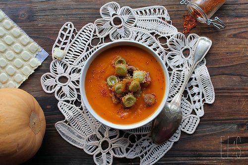 Velouté de courge butternut au piment d'Espelette et ravioles grillées - aime & mange