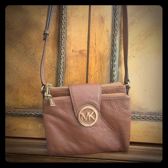 Michael Kors crossbody Great condition leather tan/brown crossbody Michael Kors. Can go less on mecariⓂ️ just let me know Michael Kors Bags Crossbody Bags