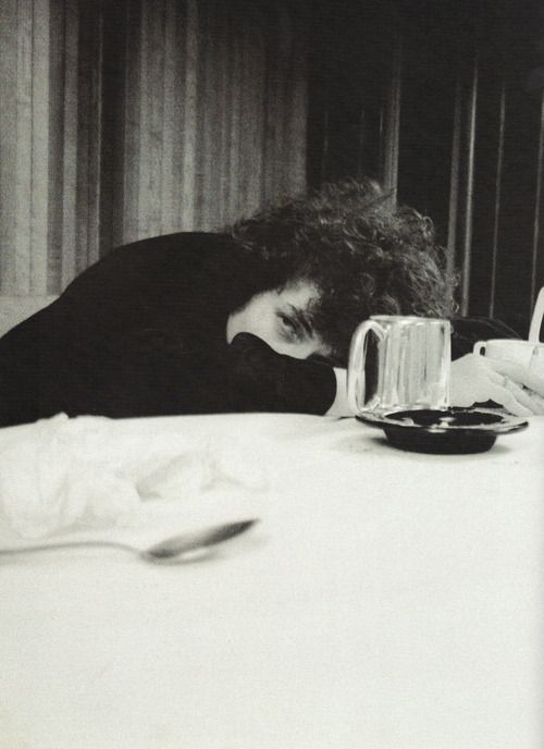 机で休憩するボブ・ディラン