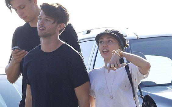Miley também ama: 4 momentos fofos dela e Patrick Schwarzenegger 2- Miley e Patrick caminhando por Los Angeles. O date contou com um passeio pelo Pier de Malibu, caminhada de mãos dadas na rua e jantar a dois. Casal estiloso, casal apaixonado!