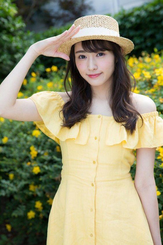 黄色の服の渡辺梨加
