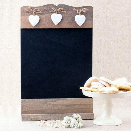 Pizarra de madera decorada con corazones blancos