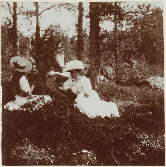 "Empress Alexandra Feodorovna of Russia and one of her daughters relaxing in Finland in 1908.  ""AL"""
