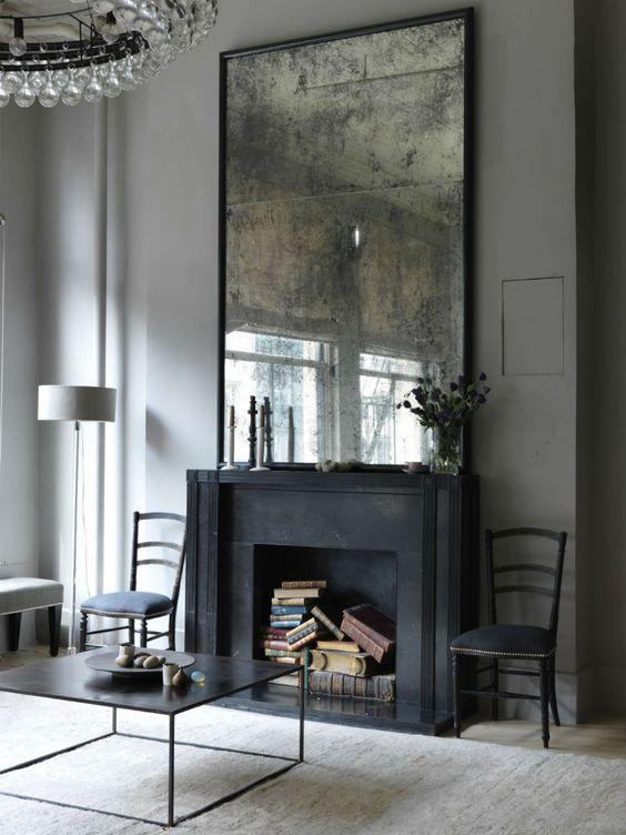 grand miroir vintage effet mercurisé comme accent décoratif sur le manteau de la cheminée