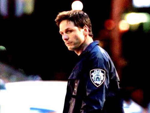 振り返る警察官