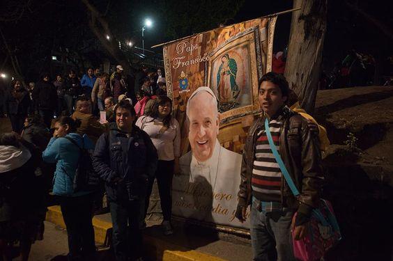Poca gente, muchos policías y la esperanza de que cese la violencia reciben al Papa