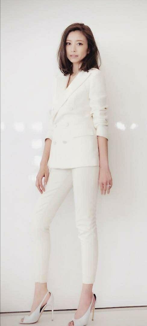 全身白コーデの服を着て立っているスタイル抜群の片瀬那奈の画像
