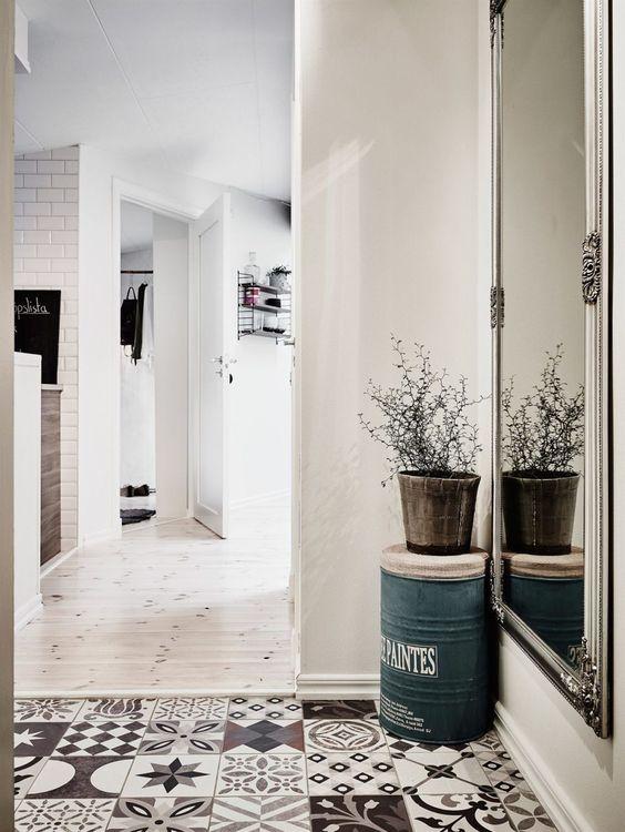 Carreaux de ciment et miroir pour une belle entr e for Entree carreaux de ciment