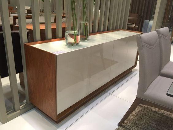 Buffet amadeirado noce com tampo e portas em laca off white.  Compõe muito bem com mesas de jantar em vidro incolor ou com vidro em off white