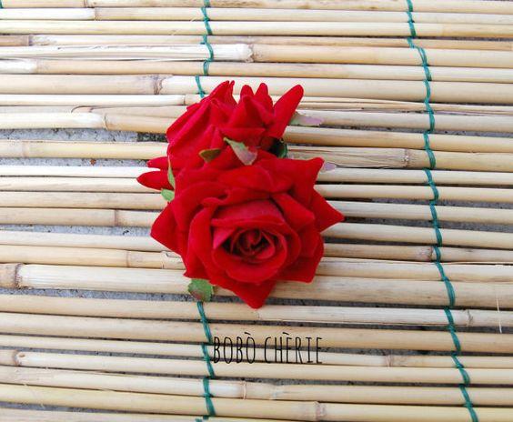 7 MISS FARO COLLECTION - inspirée par la belle et talentueuse chanteuse Miss Faro  Pièce de beaux cheveux fait par deux roses rouges velours fixés en 4, 5cm/2  pince crocodile. Il mesure environ 7x6cm/3  x 2 4/8   SIL VOUS PLAÎT NOUBLIEZ PAS DE LIRE TOUTES LES INFORMATIONS AVANT DE CONCLURE VOTRE ACHAT, POUR PLUS DINFORMATIONS, NHÉSITEZ PAS À ME CONTACTER