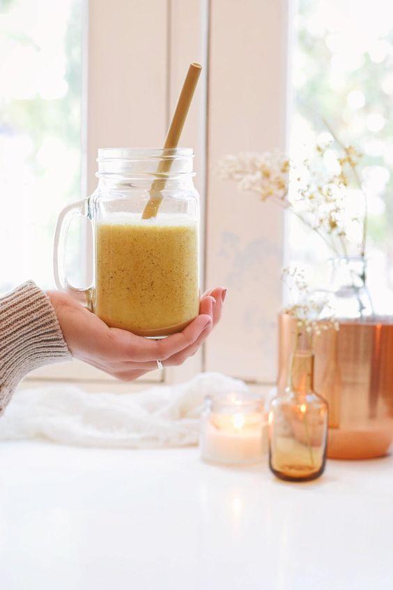 Gezonde kurkuma ontbijt smoothie