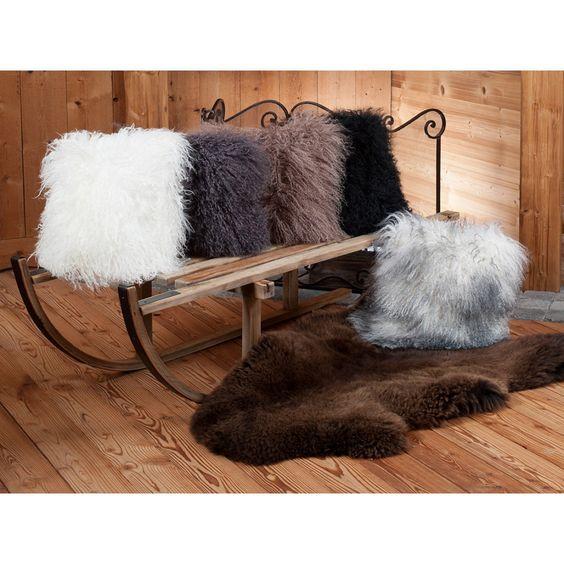 Coussin en peau naturelle de mouton poils longs 35 x 35 cm taupe | Grenier Alpin: