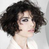 Photo coiffure cheveux courts bouclés femme