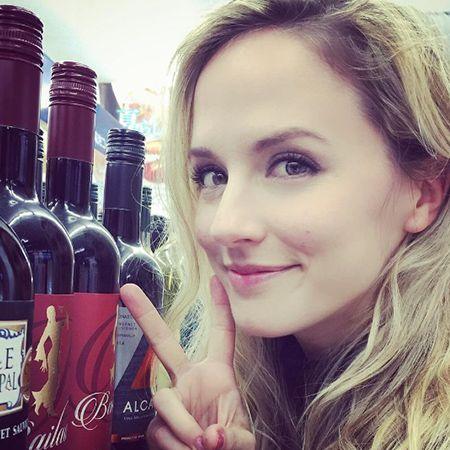 ナタリー・エモンズとピースサインとワイン