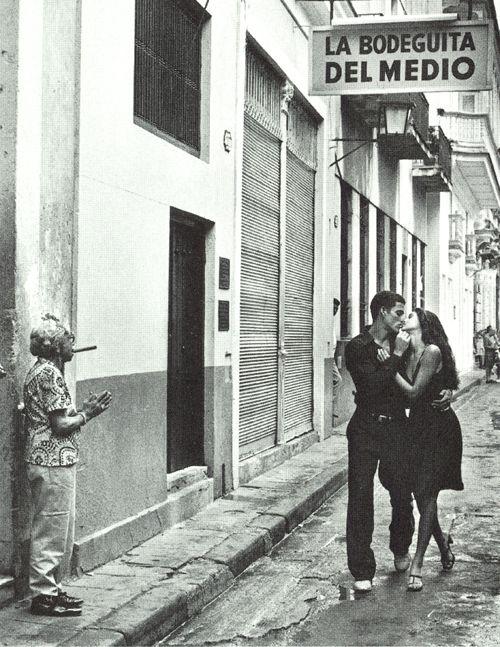 La Bodeguita del Medio. Lugar de nacimiento del famoso trago Mojito y uno de los preferidos de Ernest Hemingway , quien vivió muchos años en la isla de Cuba.