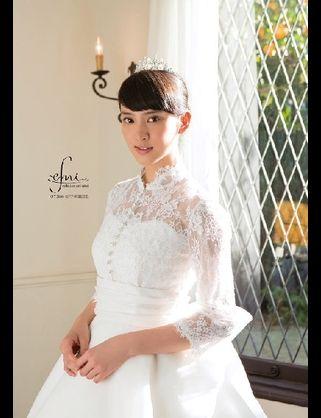 レースのウェディングドレスの武井咲