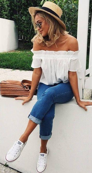 Calaça jeans lisa Blusa ciganinha branca Tênis brando Chapéu Óculos redondo: