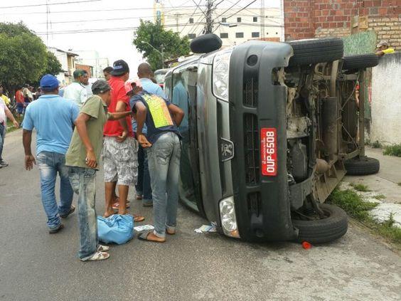 FEIRA DE SANTANA: Acidente entre caminhão e van deixa oito feridos no centro da cidade