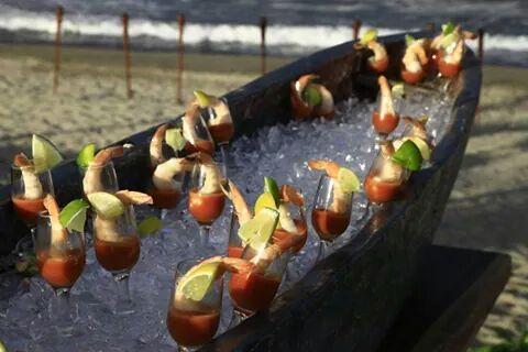 Delicioso cóctel de camarones, puesto en una canoa, para las bodas de playa.