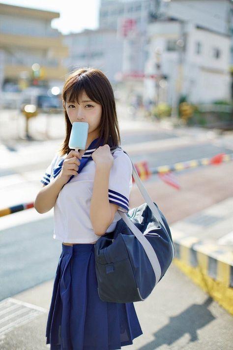 昔の制服姿の小倉優子